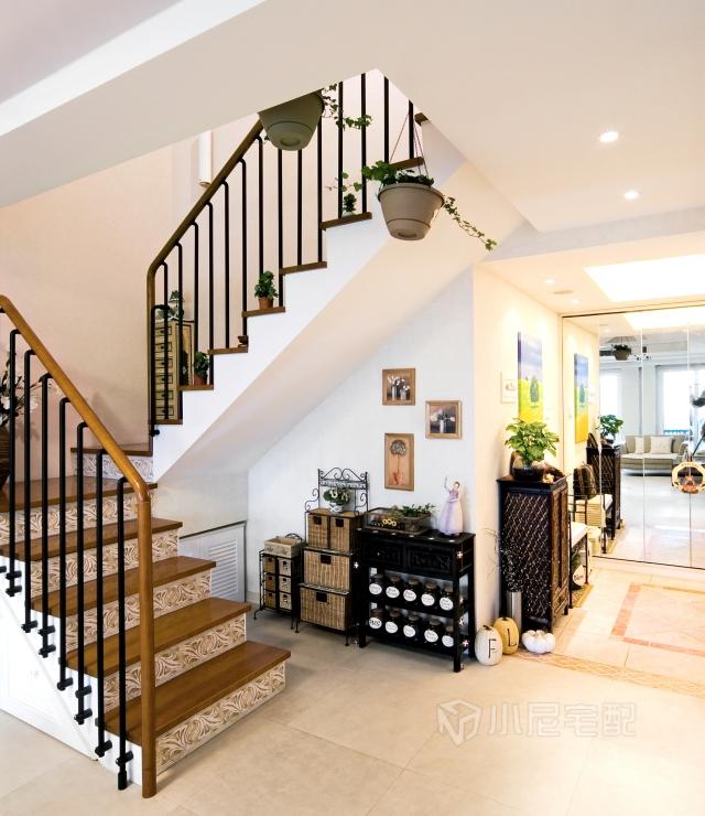 楼梯下的置物柜,满足装饰的功能,梯阶木板和瓷砖的设计更增添艺术感.